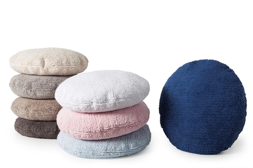 <p>Polštářky ve tvaru kolečka, průměr 50 cm. Béžová, šedobéžová, čokoládová, bílá, růžová, světle modrá i tmavě modrá.</p>