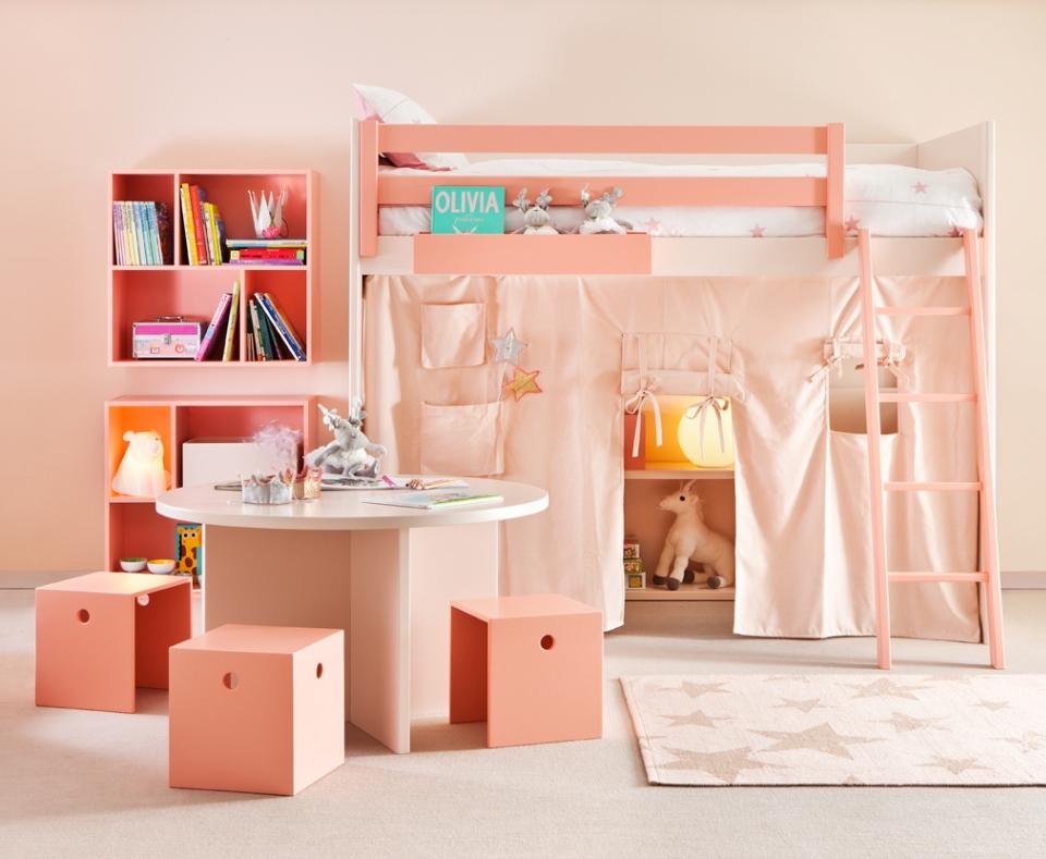 <p>Nerušit, prosím! Prostor pod postelí nabízí mnoho možností využití. Zkombinovat lze úložné prostory, kreslící tabuli na stěnu, psací stůl, knihovničku, schovávačku za plentou s kapsami, okýnky a dveřmi... Uvidíte, jak nadšeně se Vaše děti v takovém zákoutíčku zabydlí... - Ovšem, pustí-li Vás dovnitř!</p> <p></p> <p></p> <p></p>