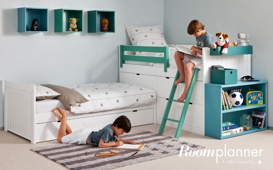 <p>Nejlepší kamarád občas zůstane na přespání. V takovém případě se hodí náhradní výsuvné lůžko či palanda. Důležitý je také veliký koberec, na kterém mohou děti pohodlně sedět, ležet, povídat si, či hrát do noci hry.</p> <p>Pro každý šuplík si můžete zvolit jiný tón z široké škály barev a jednotlivá čela výsuvů ozdobit vygravírovanými nápisy či pojmenováními. Díky tomu děti snáze udržují pořádek a rychleji vědí, kde který poklad hledat.</p> <p></p> <p></p> <p></p> <p></p> <p></p> <p></p>