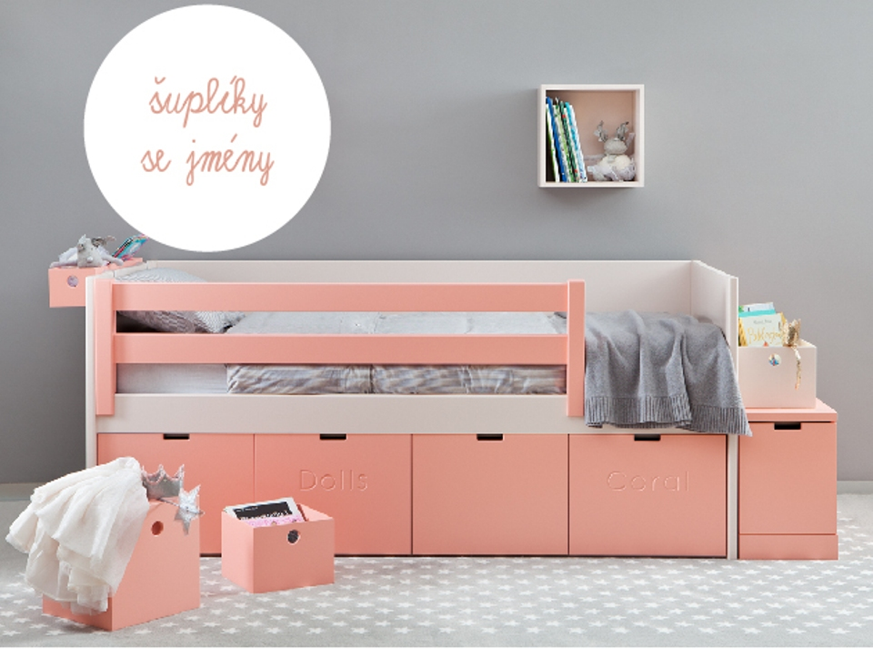 <p>Nejenže si můžete pro každý hluboký šuplík zvolit jiný tón z široké škály 28 barev, ale každé čelo výsuvu může zdobit jiný nápis či pojmenování.</p> <p>Díky tomu děti snáze udržují pořádek a rychleji vědí, kde který poklad hledat. Délka postele 190, 200 nebo 210 cm. Šířka postele 100, 110 nebo 115 cm. Zábrana je volitelná.</p> <p></p> <p></p> <p></p>