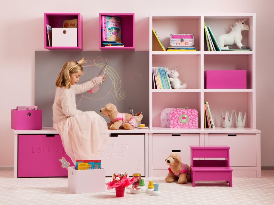 <p><br />Sytá odvážná lízátková barva (Lollipop) spolu s jemně růžovým tónem cukrové vaty (Cotton candy) je nádhernou kombinací pro holčičky i slečny, které jsou výjimečné a nechtějí se obklopovat pouze tradiční růžovou.</p> <p>Cena sestavy úložných prostor s výsuvnými boxy pod příležitostným stolečkem, knihovnou, kontejnery s šuplíky a kreslicí tabulí je 74.250 Kč<br /><br /><br /><br /></p>